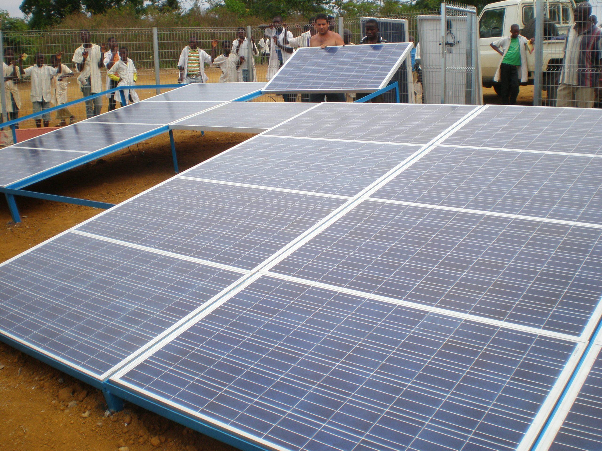 Placas fotovoltaicas de alimentación a potabilizadora en el pueblo de Fazil, Lobito , Luanda